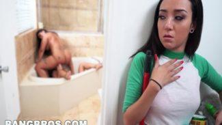 Olgun anne kızınını sex için zorluyor