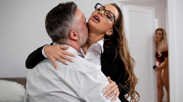 Evli Çiftin Yatak Odasına Sessizce Girip Sekse Ortak Oluyor