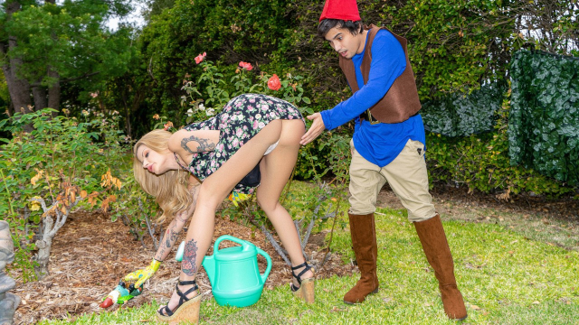 Yalnız Başına Yaşayan Seksi Çıtırı Bahçede Gafil Avlıyor