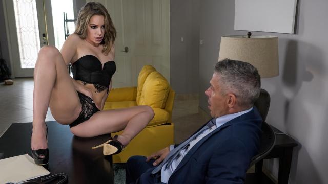 Kuralcı Patronun Masasına Oturup Seksi Teklifini Sunuyor