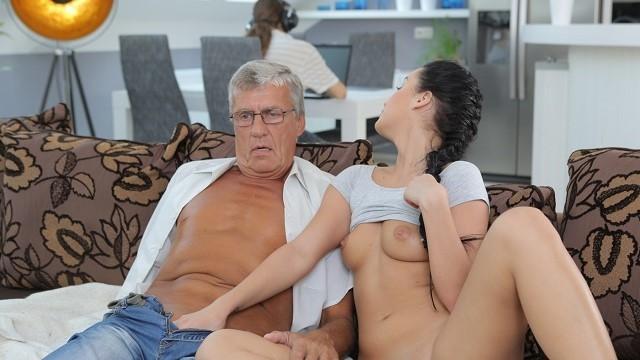 Hınzır Üvey Babasın Amcık Yüzü Görmeyen Yarağına Peşkeş Çekiyor