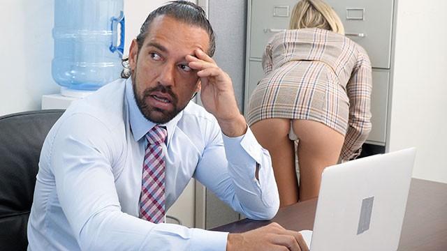 Frikik Veren Sekreterin Tahriklerine Daha Fazla Boyun Eğmiyor